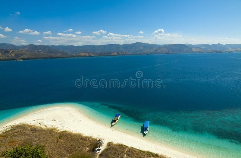 Cristal dégagent le lagoone de l'eau 17 îles Riung Flores Indonésie image stock