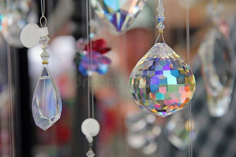 Cristal de la lágrima con la prisma del multicolor imagen de archivo