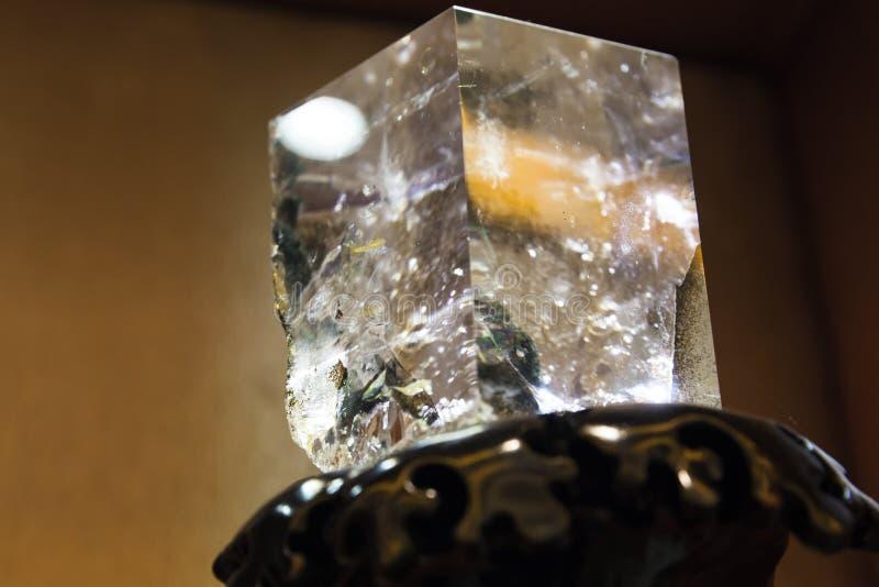 Cristal de quartz transparent dans la forme de cube photos stock