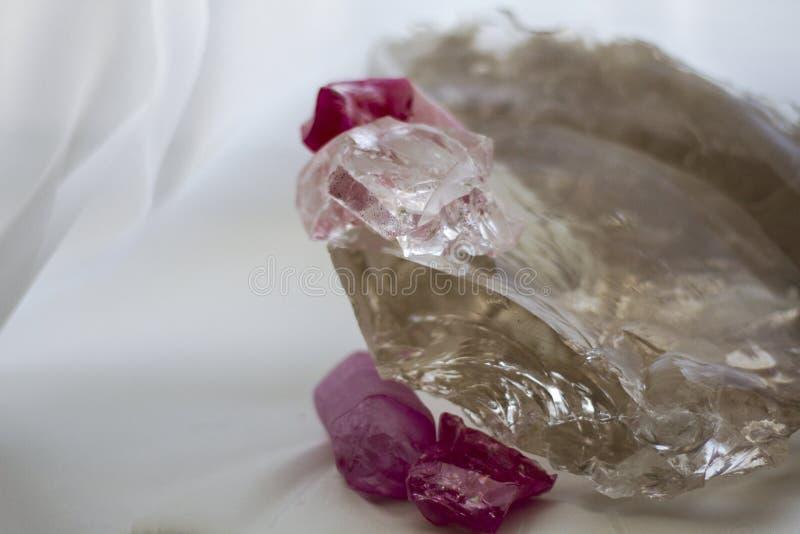 Cristal de quartz transparent et cristaux pourpres images libres de droits