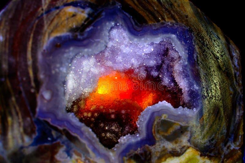Cristal de quartzo backlit para produzir o fulgor impetuoso, abstrac do fundo foto de stock royalty free