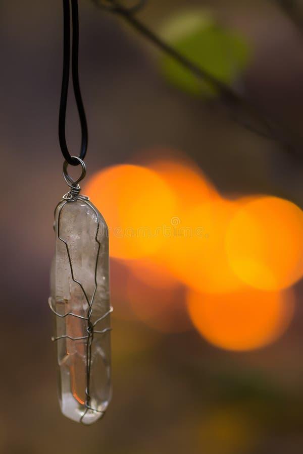 Cristal de roche magique transparent sur le pendant photo libre de droits