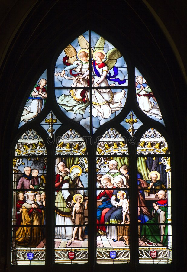 Cristal de una ventana de la iglesia gótica en París imagenes de archivo