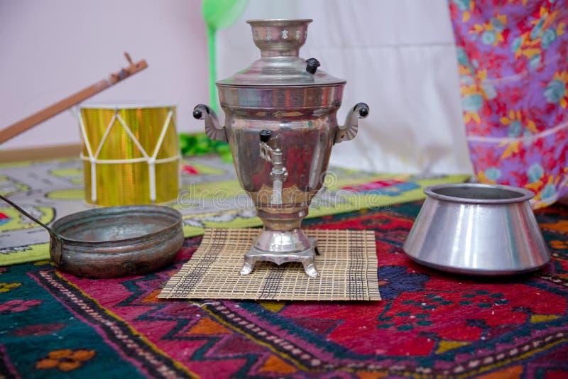 Cristal do chá sobre com samovar do metal potenciômetro velho do ferro fundido Frigideira chinesa do ferro muito velho Conceito d imagens de stock