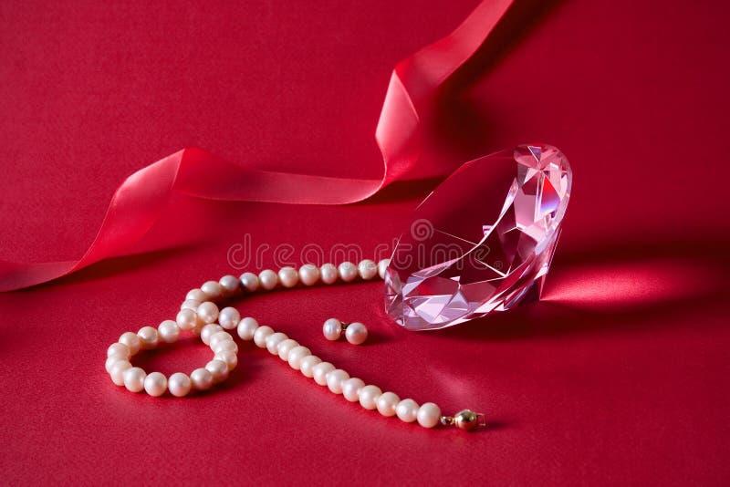 Cristal, pendientes de la perla, collar fotografía de archivo libre de regalías