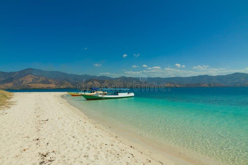 Cristal rimuove l'acqua con il Flores Indonesia di Riung delle isole della barca 17 immagini stock