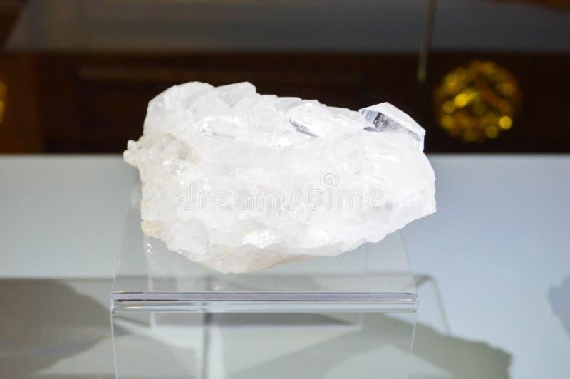 Cristal transparente blanco costoso natural hermoso grande, diamante, diamante, piedra preciosa en un soporte transparente foto de archivo