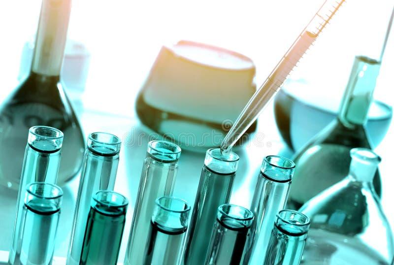 Cristalería con las sustancias químicas, ciencia de Laboratoy de la química foto de archivo libre de regalías