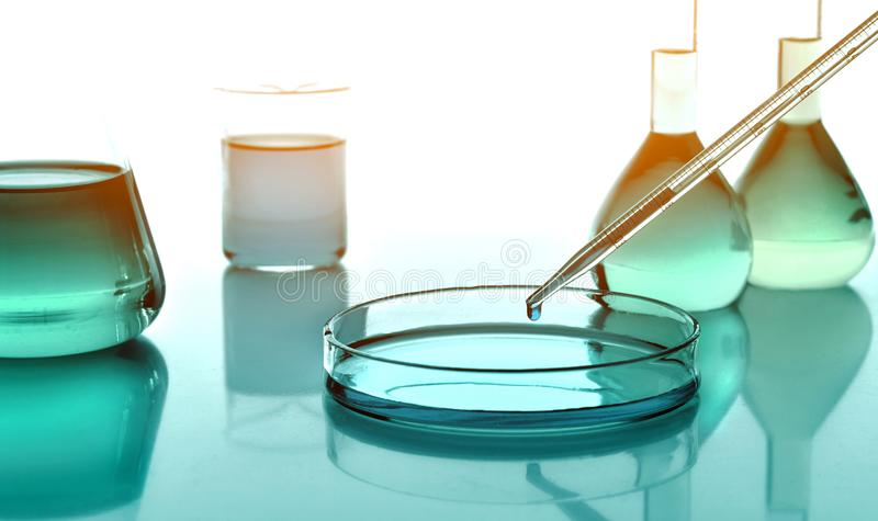Cristalería con las sustancias químicas, ciencia de Laboratoy de la química imágenes de archivo libres de regalías