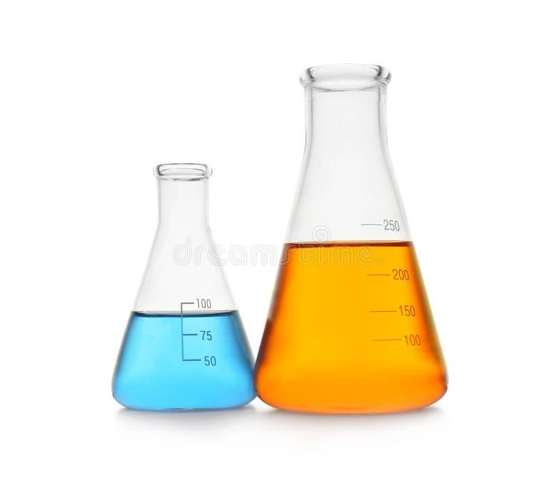Cristalería de la química con las muestras del color aisladas fotografía de archivo