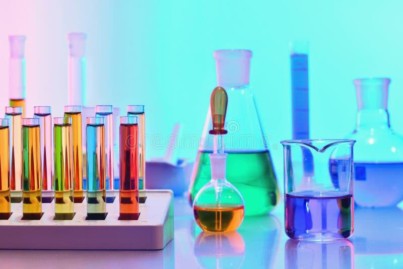 Cristalería de laboratorio con las sustancias químicas del colorfu, química l imagen de archivo libre de regalías