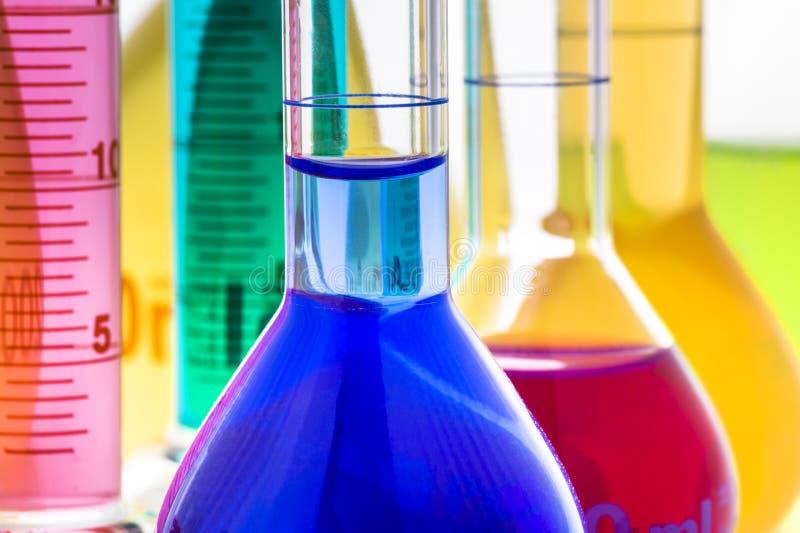 Cristalería de laboratorio con los líquidos foto de archivo