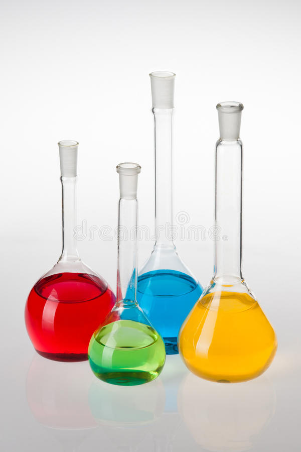 Cristalería de laboratorio con los líquidos de diversos colores fotografía de archivo libre de regalías