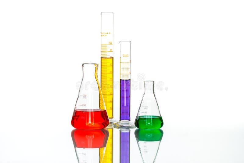Cristalería de laboratorio de ciencia, tabla blanca reflexiva fotografía de archivo
