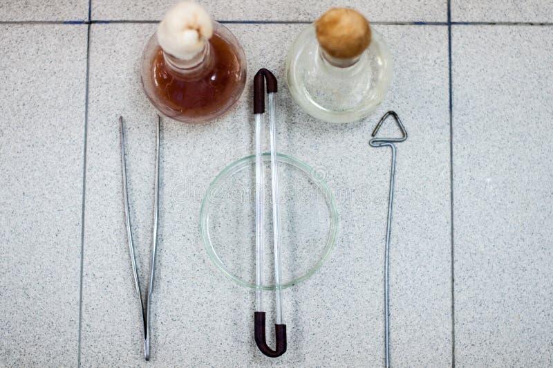 Cristalería de laboratorio de la biotecnología en la tabla imágenes de archivo libres de regalías