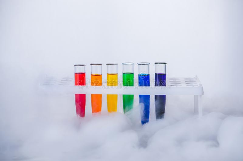 cristalería Tubos de ensayo con un líquido multicolor imágenes de archivo libres de regalías