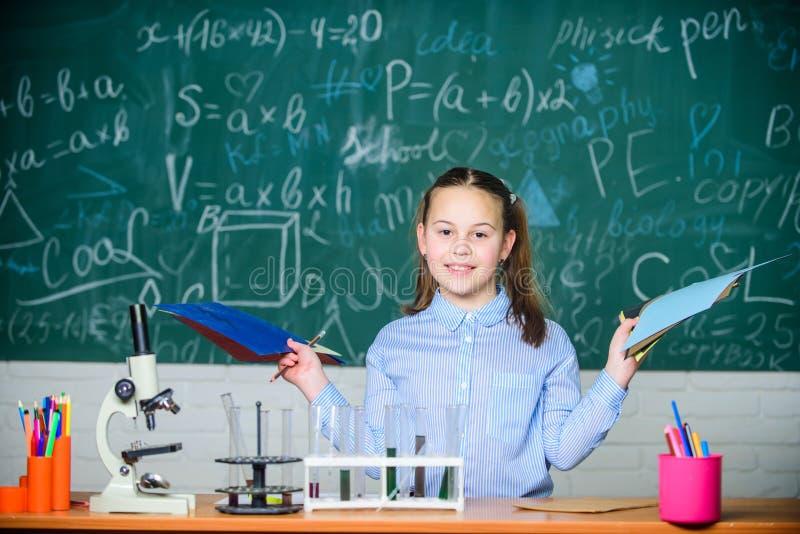 Cristaler?a de laboratorio Laboratorio de la escuela Experimento elegante de la escuela de la conducta del estudiante de la mucha imágenes de archivo libres de regalías