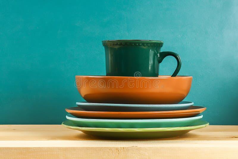 cristaler?a Placas de cristal, tazas, cuencos Platos en estante kitchenware foto de archivo libre de regalías
