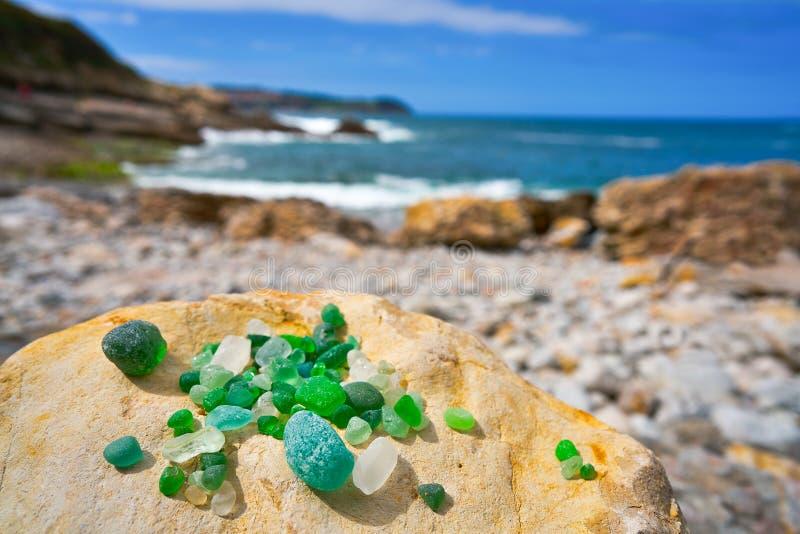 Cristales玻璃Antromero海滩向阿斯图里亚斯扔石头 图库摄影