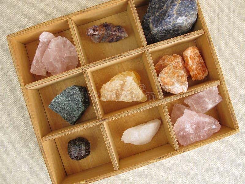 Cristales curativos en caja imagen de archivo