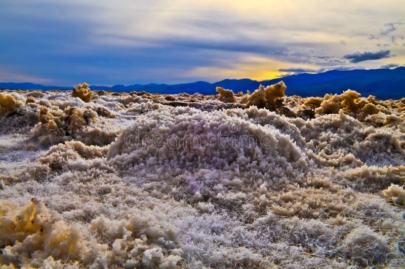 Cristales de la sal en el campo de golf del diablo imagen de archivo