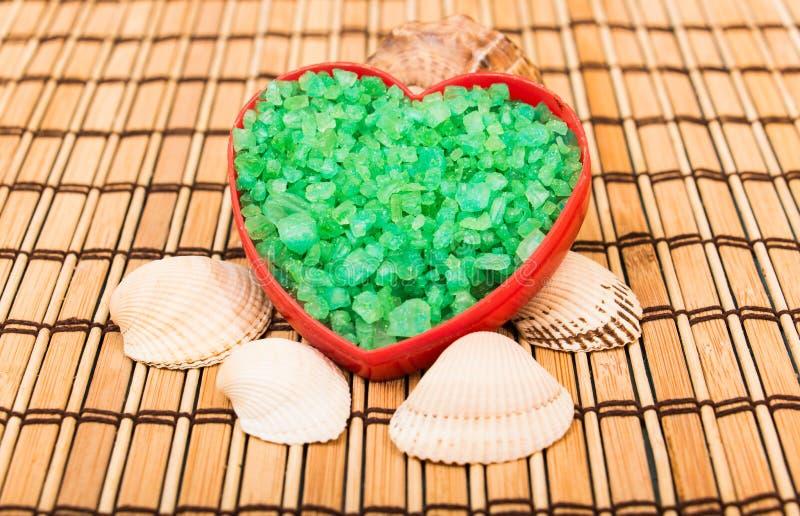 Cristales de la sal en una forma del corazón foto de archivo libre de regalías