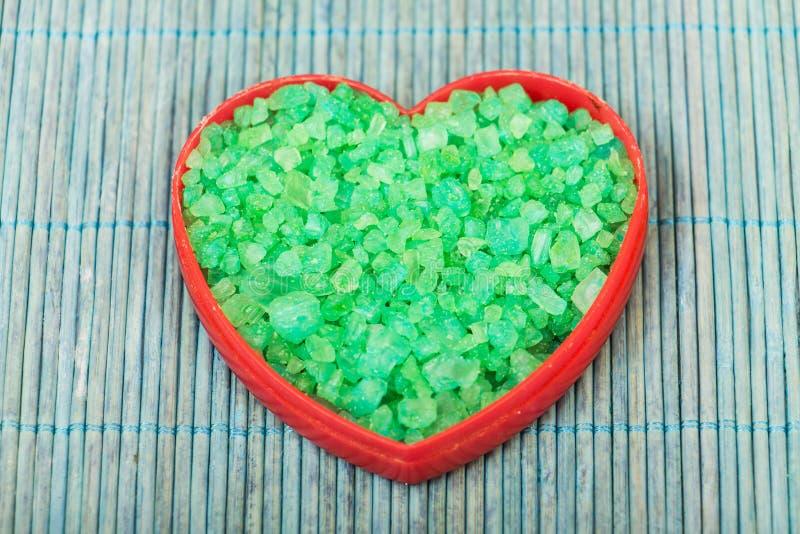 Cristales de la sal en una forma del corazón fotografía de archivo libre de regalías