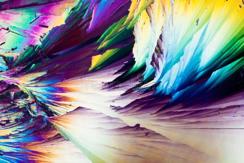 Cristales del ácido benzoico en luz polarizada imagenes de archivo