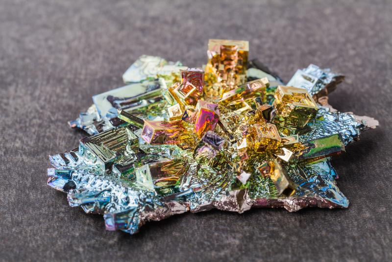 Cristales del bismuto en un fondo oscuro Éste es el elemento lo más fuertemente posible diamagnético y también el más pesado que  fotos de archivo
