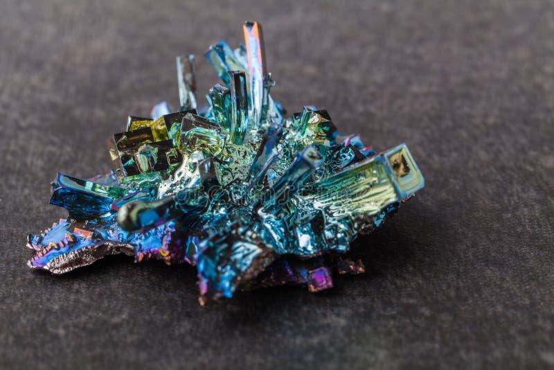 Cristales del bismuto en un fondo oscuro Éste es el elemento lo más fuertemente posible diamagnético y también el más pesado que  fotos de archivo libres de regalías