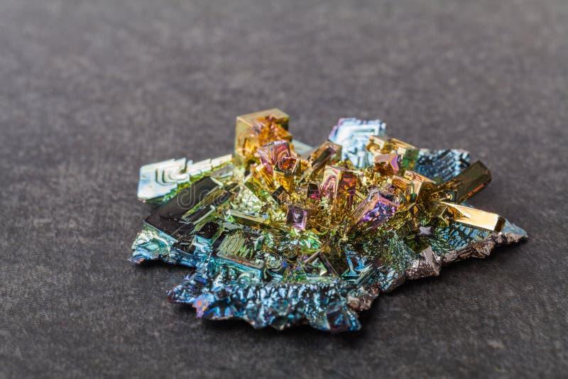 Cristales del bismuto en un fondo oscuro Éste es el elemento lo más fuertemente posible diamagnético y también el más pesado que  foto de archivo libre de regalías