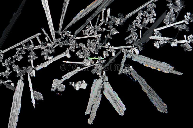 Cristales del nitrato de potasio (salitre) en luz polarizada imagen de archivo