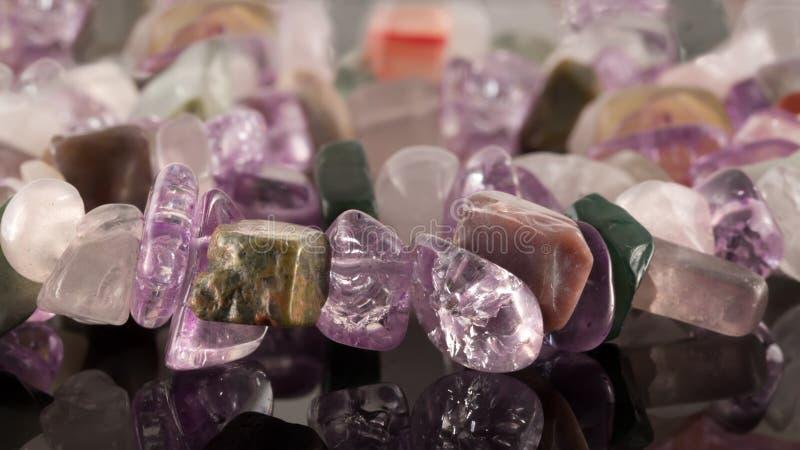Cristales del primer de la amatista, del fluorito, del jaspe, de la cornalina y del ro foto de archivo
