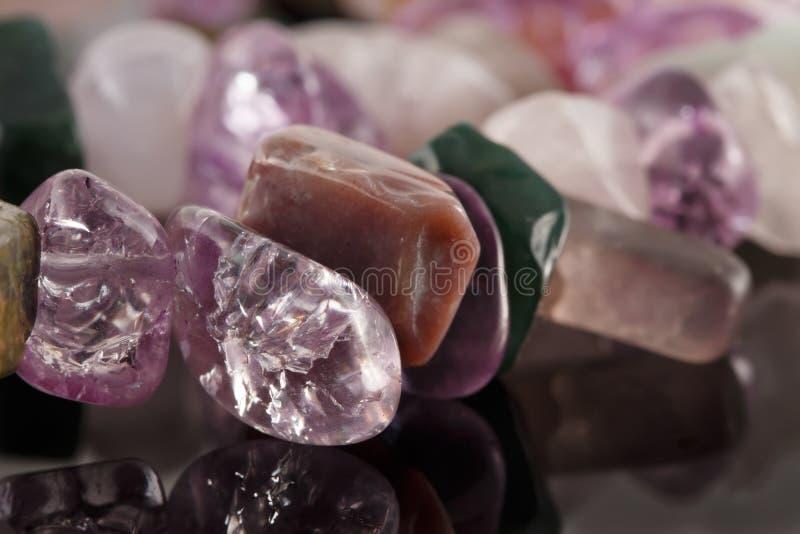 Cristales del primer de la amatista, del fluorito, del jaspe y del cuarzo color de rosa o fotos de archivo