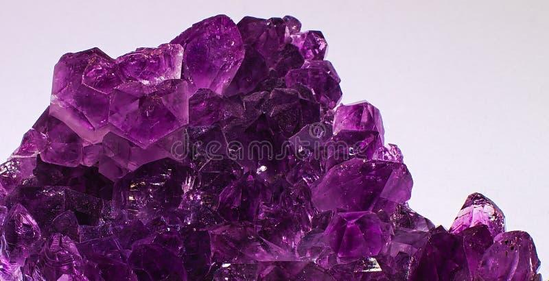 Cristales minerales de la amatista aislados en el fondo blanco fotos de archivo libres de regalías