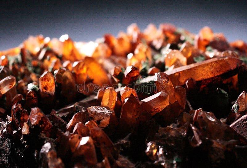Cristales naturales del cuarzo transparente con el fondo gris fotografía de archivo libre de regalías