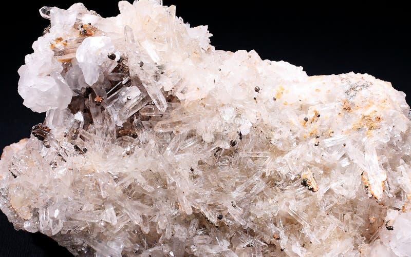 Cristales naturales del cuarzo transparente con el fondo negro imagen de archivo