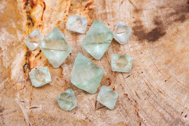 Cristales naturales del octaedro del fluorito verde en la losa de madera aterrorizada pulida natural fotografía de archivo