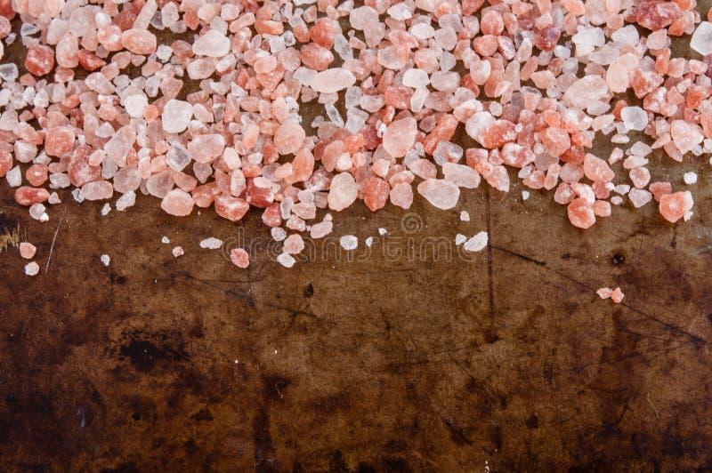 Cristales rosados Himalayan dispersados de la sal foto de archivo libre de regalías