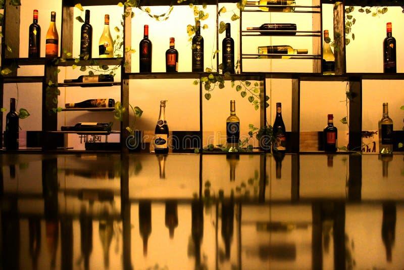 Cristalino grande Kendari do ` s da sala do vinho foto de stock royalty free