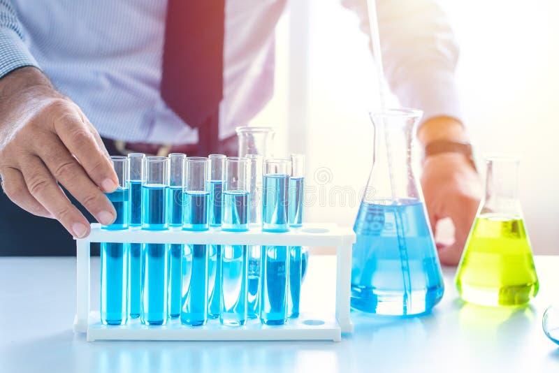 cristalleria chimica del primo piano del laboratorio di ricerca in anticipo di scienza medica fotografia stock