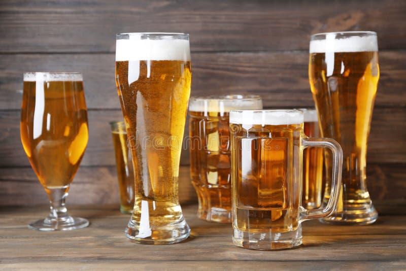 Cristalleria con birra fresca fotografia stock