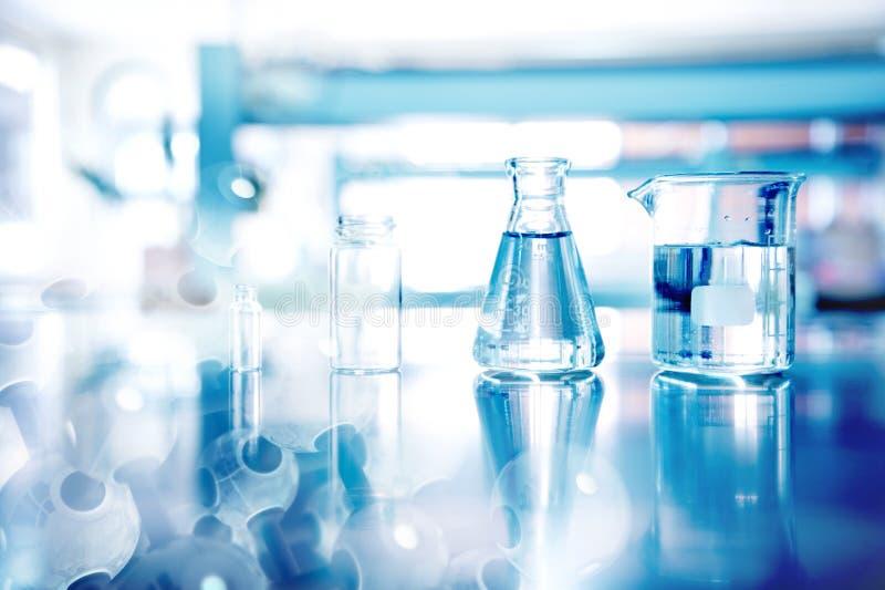 Cristalleria della fiala del becher della boccetta per la specie sperimentale e il educatio fotografie stock libere da diritti