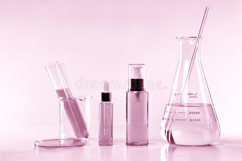 Cristalleria sperimentale del laboratorio scientifico con la chiara soluzione immagine stock libera da diritti
