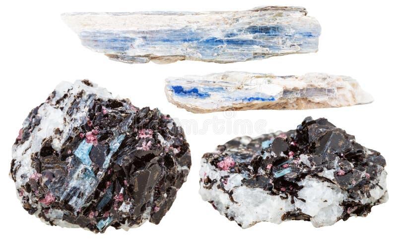 Cristalli blu della cianite in rocce isolate su bianco immagini stock libere da diritti
