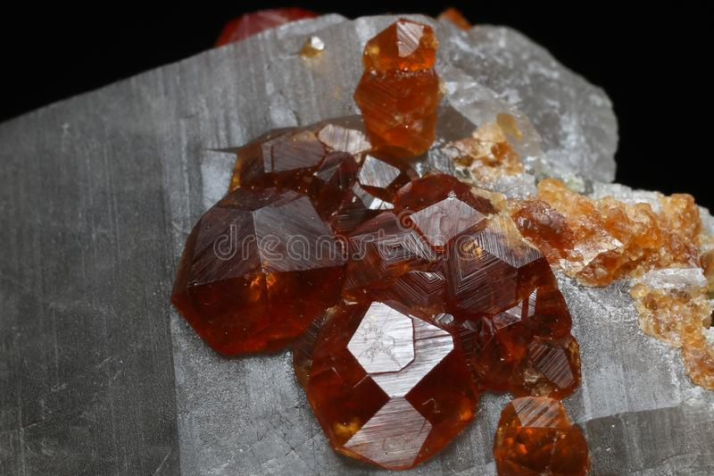 Cristalli dei granati di Spessartine su quarzo fumoso immagine stock libera da diritti