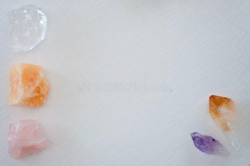 Cristalli della pietra preziosa - punto ametista e mazzo, chiaro quarzo, citrino, calcite, quarzo rosa immagini stock libere da diritti