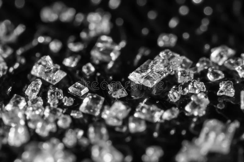 Cristalli dello zucchero su un fondo nero Macro eccellente Fuoco molle, profondit? di campo bassa Immagine in bianco e nero fotografie stock