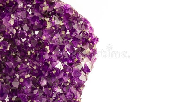 Cristalli di pietra ametisti con lo spazio bianco della copia per testo immagine stock