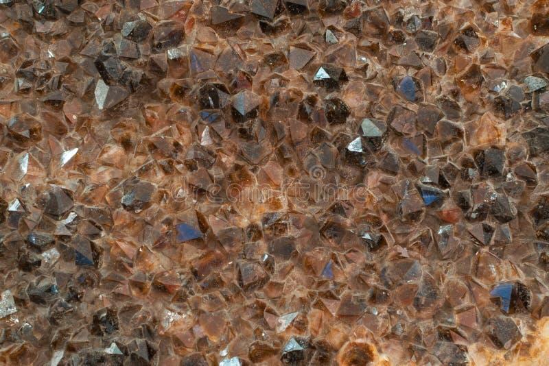Cristalli di quarzo fumoso grigi fondo o modello fotografia stock libera da diritti